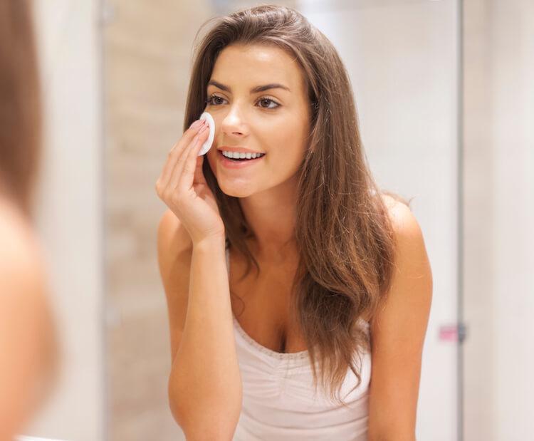 یک خانم درحال پاک کردن آرایش با میسلارواتر