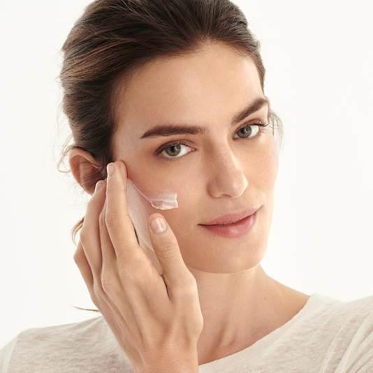 کرم صورت اسنشیالز ویتامینه اوریفلیم Glow Essentials Face Cream with Vitamins E & B3 SPF 10 Oriflame
